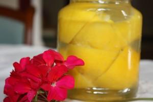 Zalej skórki lub wytłoczyny z cytrusów aby otrzymać aromatyczny ocet.