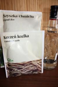 Składniki nalewki na bezsenność: kozłek (waleriana), chmiel i alkohol.
