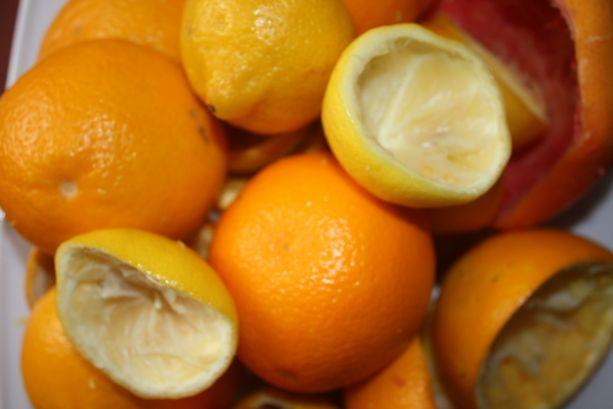 Wytłoczki z cytrusów nadają enzymowi przyjemny zapach.