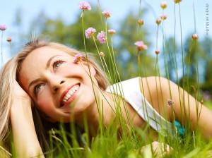 Źle pielęgnowany trawnik może być źródłem toksyn przenoszonych do domu.