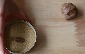 Odrywamy z kulki fragment i formujemy pastylkę, którą obtaczany w ziołach.
